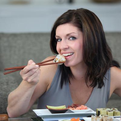 Лишнему весу, запорам и усталости способствует привычка есть холодную пищу
