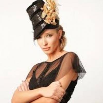 Катя Осадчая вышла в свет в мини с перьями 180 евро (фото)