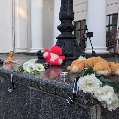 В траурной Одессе гремят салюты и поет Билык (фото)