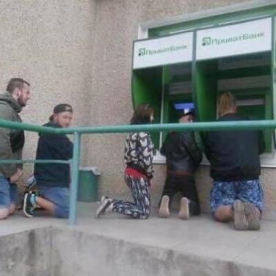На колени, смерды: Соцсеть позабавили странные банкоматы