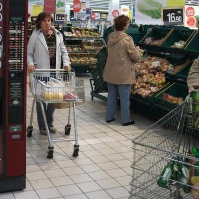 Голая россиянка распугала покупателей супермаркета (видео, 18+)