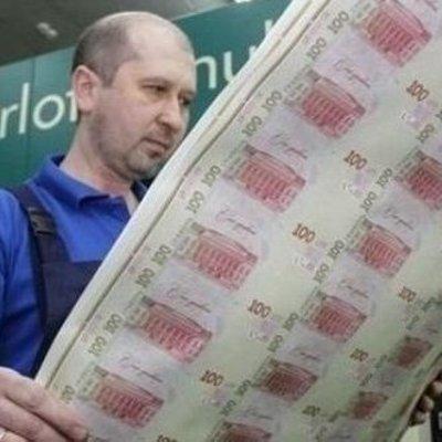 Почти миллион неразрезанной гривны в руках китайца: Нацбанк прокомментировал ситуацию