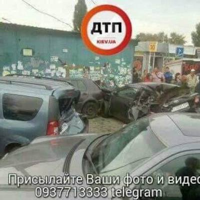 Скорые и 6 разбитых авто: кадры массового ДТП в Киеве (видео)
