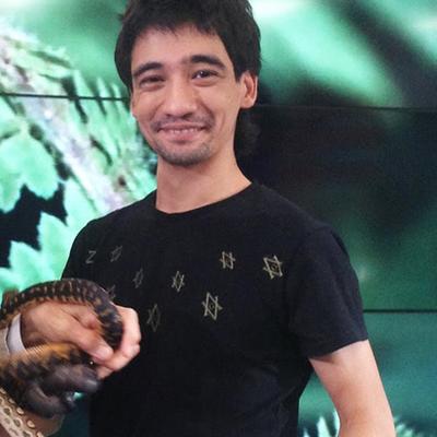 От укуса черной ядовитой змеи в прямом эфире умер блогер