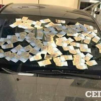 В Киеве лобовое стекло авто полностью заклеили деньгами