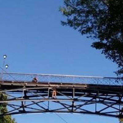 В Киеве мужчина угрожает прыгнуть с Моста влюбленных (фото)