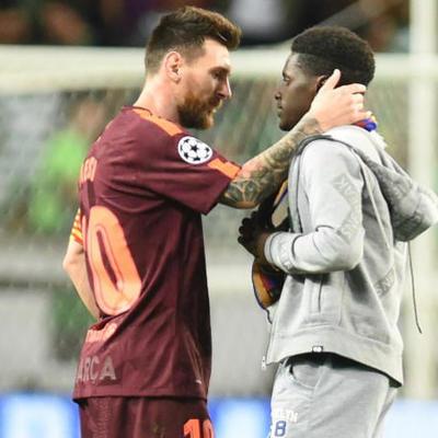 Во время матча Лиги чемпионов фанат целовал бутсы Месси