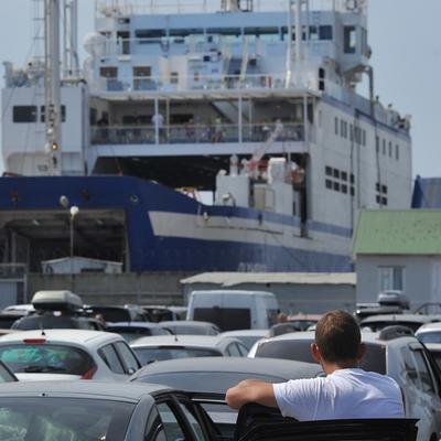 Из-за шторма на керченской переправе застряли тысячи автомобилей