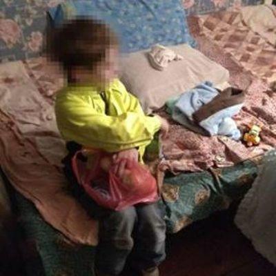 «Мамы нет, я голодный»: маленький мальчик просил прохожих помочь одномесячному братику