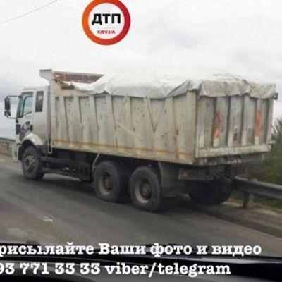 В Киеве у 15-тонного грузовика отказали тормоза