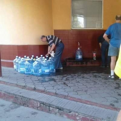 В Одессе фирма по доставке воды набирает воду в уличных бюветах