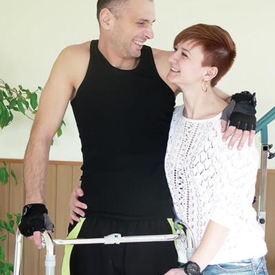 Тяжело раненый десантник учится ходить, чтобы снова носить жену на руках