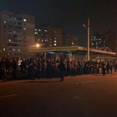 В Киеве протестующие разгромили автозаправку