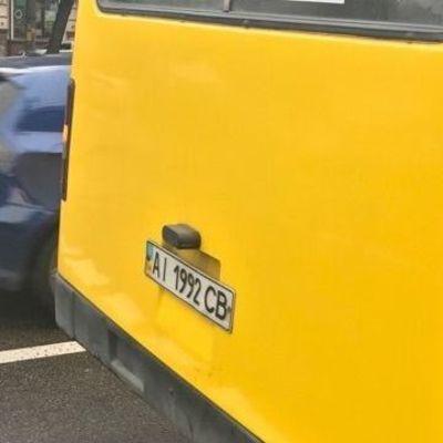Киевская маршрутка, набитая пассажирами, ехала с открытой дверью по городу
