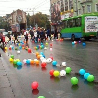 В Ровно из грузовика высыпались сотни разноцветных воздушных шариков (фото, видео)