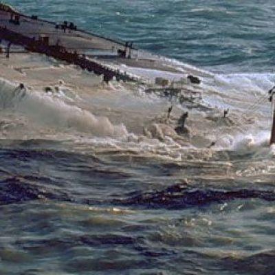 Самоходная баржа затонула в Каховском водохранилище, нефтяное пятно растянулось на 6 км (фото)