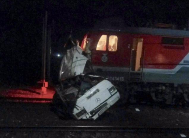 В страшной  катастрофе, где поезд снес автобус, погибло 19 человек