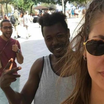 Инстаграм дня: девушка фотографируется с незнакомцами, которые пристают к ней на улице