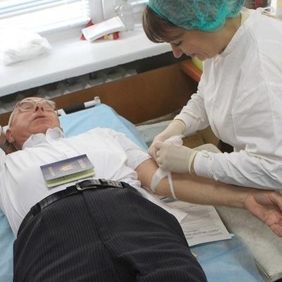 В Днепре дедушка в 726 раз стал донором крови