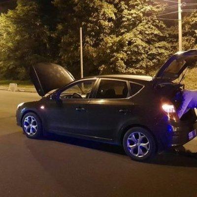 В Киеве водитель налетел на люк и остался без колес (фото)