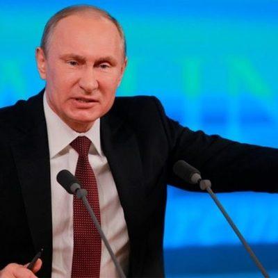 С юбилеем, убийца и вор: Путина облили «кровью» в Берлине (фото)