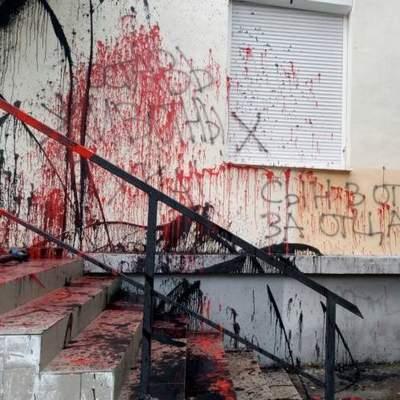 В Киеве вандалы залили краской офис народного депутата (фото)