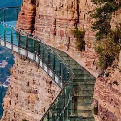 В Китае стеклянный мост под ногами туристов начал «трескаться»
