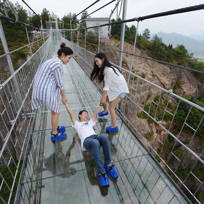 Не для слабонервных: в Китае появился стеклянный мост на высоте 150 м (видео)