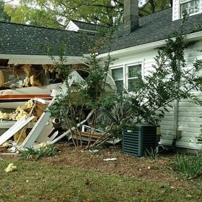 Самолет врезался в жилой дом в США