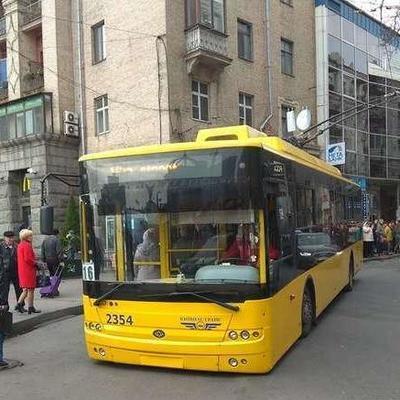 Не выдержал нашествия пассажиров: в центре Киева троллейбус сел днищем на дорогу (фото)