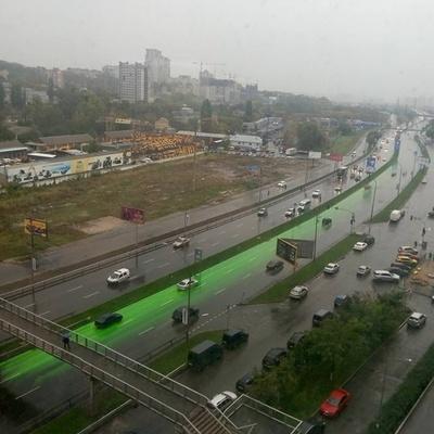 В Киеве одна из дорог окрасилась в зеленый цвет (фото)
