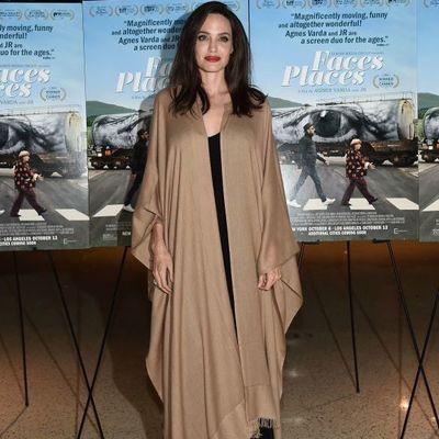 Невероятная Анджелина Джоли вышла в свет в шикарном пальто и с эффектным макияжем (фото)