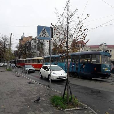 На столичном Подоле трамваи стали в пробке из-за аварии (фото)