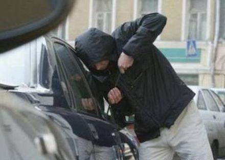 Вцентре украинской столицы у народного депутата угнали авто соружием всалоне