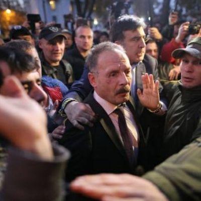 Активисты под Радой избили депутата Барну (фото)