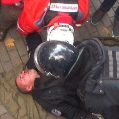 Появилось видео, как митингующие ногами бьют полицейского