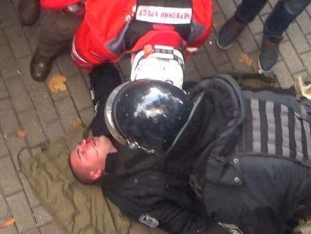 Геращенко назвал «негодяями» избивающих полицейского митингующих