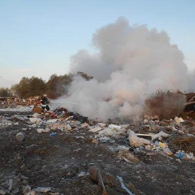 Возле аэропорта «Борисполь» с утра пытаются потушить пожар на свалке