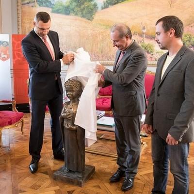 Кличко передал мэру Тулузы памятник Анне Киевской, который установят возле одного из храмов в исторической части французского города