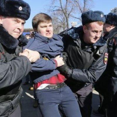 В центре Москвы активисты повесили плакат «Путин – смерть» (видео)