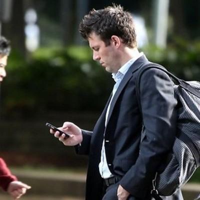 Пешеходов, пользующихся смартфонами на ходу на Гавайях будут штрафовать