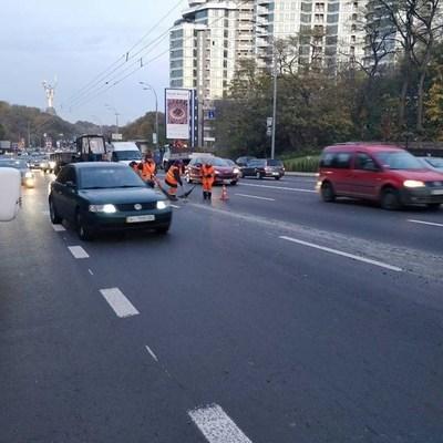 Не прошло и месяца: сеть шокировала ситуация на новой дороге в Киеве (фото)