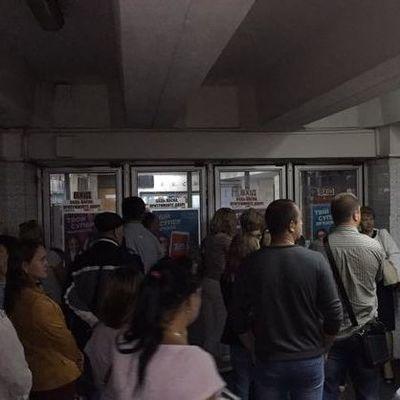 Движение на синей ветке киевского метро останавливали из-за падения пассажира на рельсы
