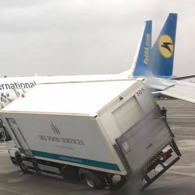 ДТП в «Борисполе»: в самолет врезался грузовик и почти перевернулся