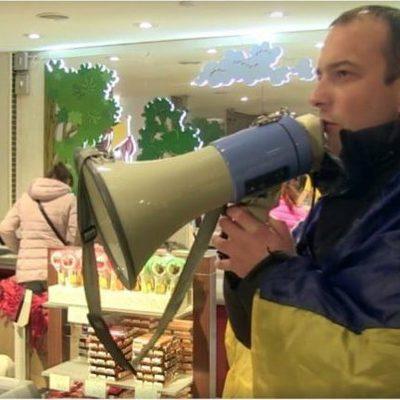 В центре Киева активисты устроили митинг в магазине Roshen (видео)
