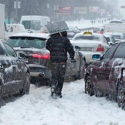 Киевлян просят не ездить на собственных авто во время снегопадов