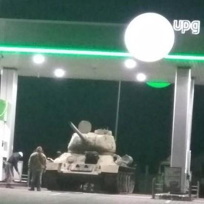 Под Киевом на АЗС заметили танк