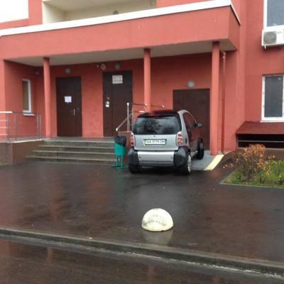 Киевлян возмутило авто, припаркованное прямо на пандусеу (фото)