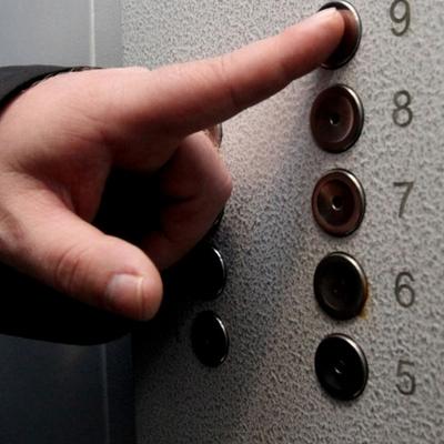 В Киеве оборвался лифт с 16 этажа с ребенком и женщиной внутри
