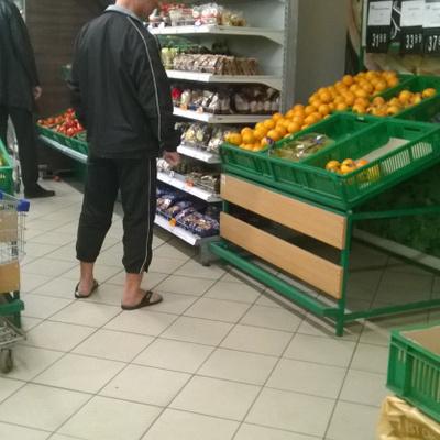 Киевлянин-морж в шлепанцах ходит в магазин (фото)